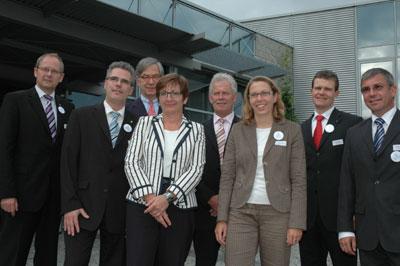 (v.l.)Axel Martens (IHK-Hauptgeschäftsführer), Stephan Westerdick (Unirez Informations-Technologie GmbH), Ernst-Michael Hasse (IHK-Präsident), Birgit Riess (Bertelsmann Stiftung), Wolfgang Helas (Hanning & Kahl GmbH & Co. KG), Katrin Fasse (Phoenix Contact GmbH & Co. KG), Arnd Paas (Sparkasse Detmold) und Jochen Donat (Weder GmbH)