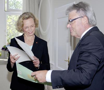 Dr. Hans-Ulrich Krüger überreicht Anke Peithmann die Ernennungsurkunde.