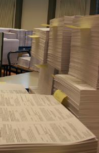 Stapeln sich zur Auslieferung: Individuell beschriftete Wahlbenach- richtigungen im Druck- und Kuvertierzentrum des krz