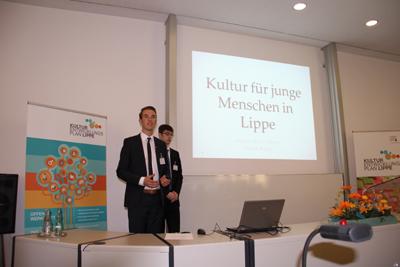 Pascal Sumpf (l.) und Marvin Vibora Münch (r.) präsentieren während der Visionskonferenz des Kulturentwicklungs planprozesses am 18. April 2015 die Ergebnisse ihrer Umfrage.