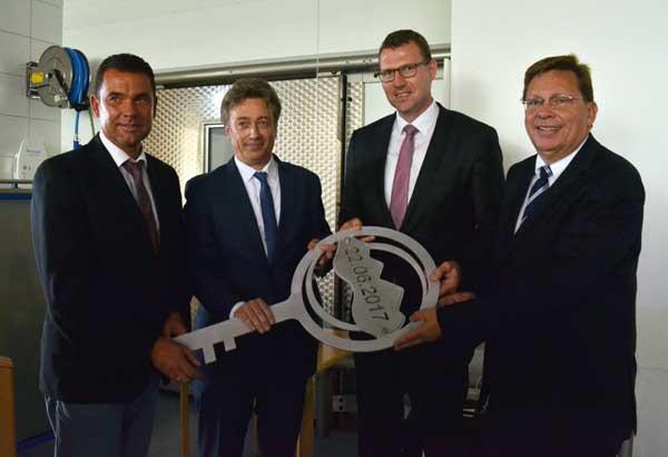 (v. l.): Steinheims Bürgermeister Carsten Torke, Architekt Rainer Krekeler, KHWE-Verwaltungsratsvorsitzender Marcel Giefers und Reinhard Spieß.