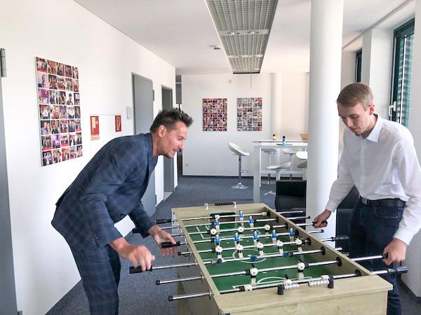 Philipp zur Heiden (re), Stipendiat der Stiftung OWL Studienfonds mit seinem Förderer Ferdinando Piumelli (li), Geschäftsführer der mindsquare GmbH