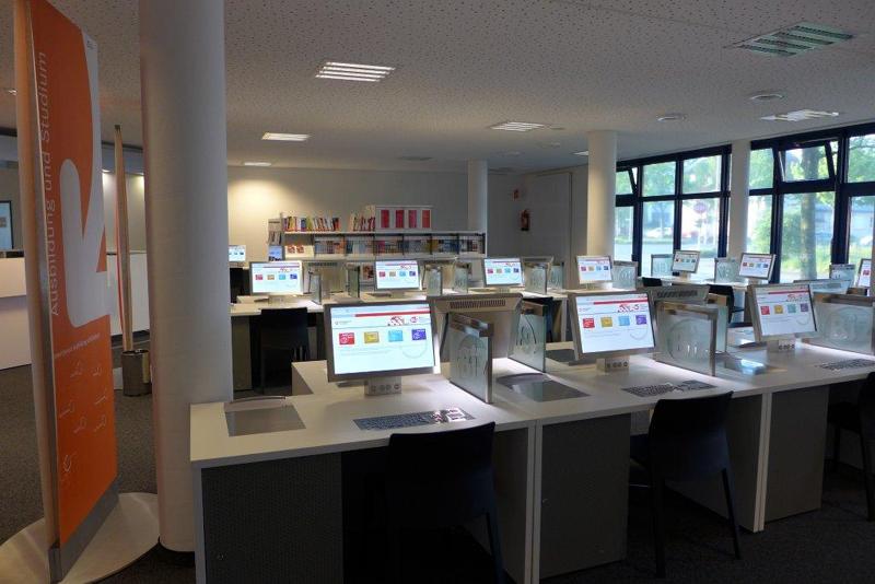 Workshopraum mit Arbeitsplätzen und Computern