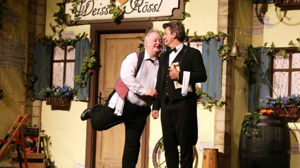 Zwei Männer auf der Bühne.