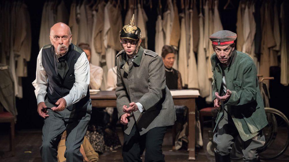 Drei Schauspieler auf der Bühne