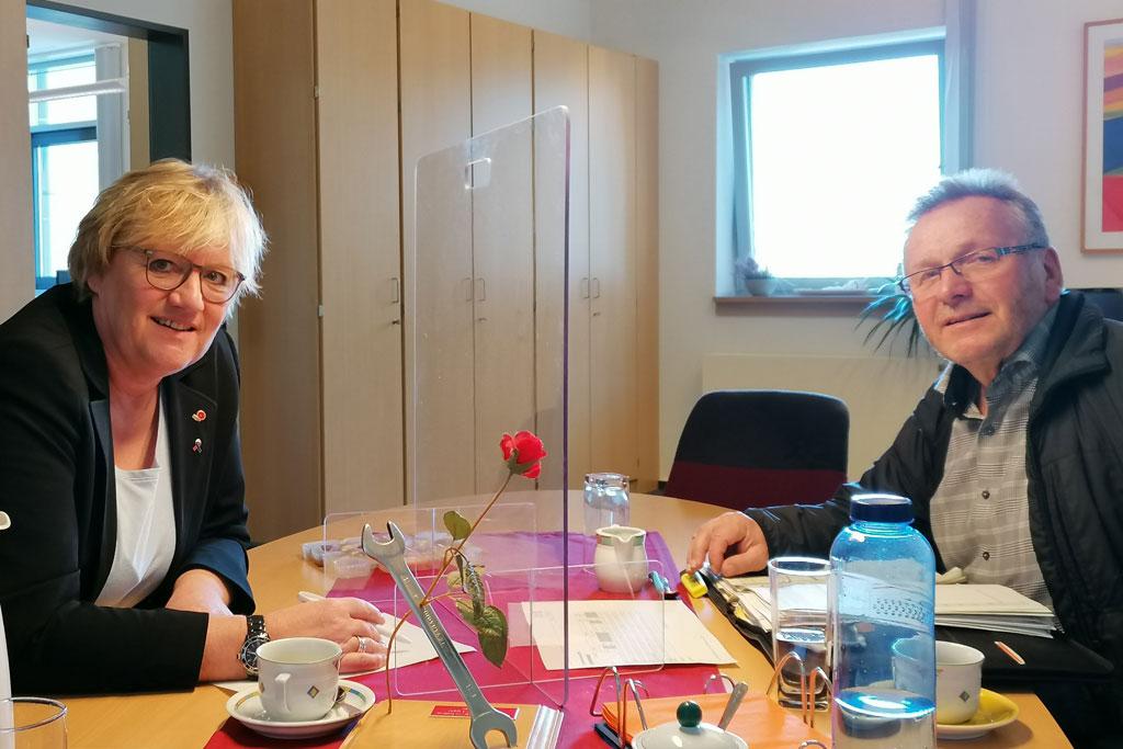Zwei Personen am Tisch