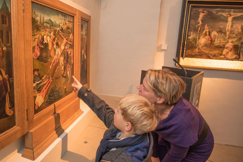 Mutter und Kind in Ausstellung