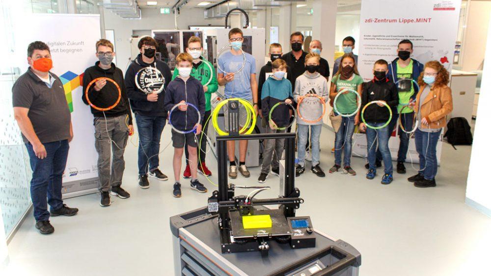 Schüler-Gruppenfoto vor einem 3D Drucker