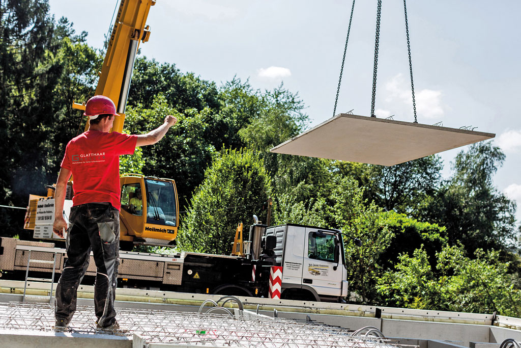 Positionierung einer Betonplatte mit Kran