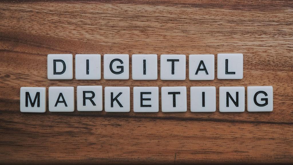 digital marketing symbolisch in Buchstaben